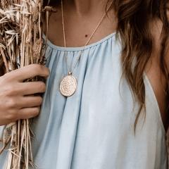 Die vergoldete Münzkette im Detail.